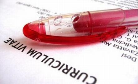 Un bolígrafo sobre una hoja de vida para ilustrar la búsqueda de trabajo.