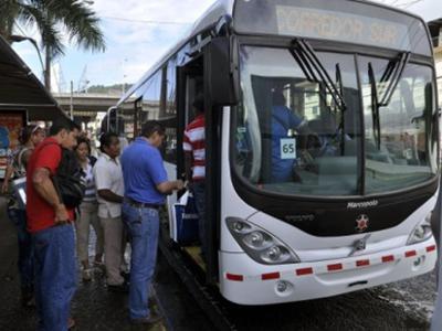 Fotografía de estudiantes abordando un Metrobus