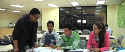 estudiante monitor explicando