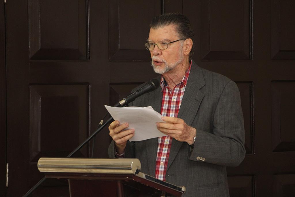 El Prof. Enrique Jaramillo Levi, dio una breve conferencia sobre características del cuento.