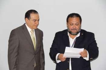 Héctor Collado y el Notario, Ricardo Landero, durante la apertura de la plica.
