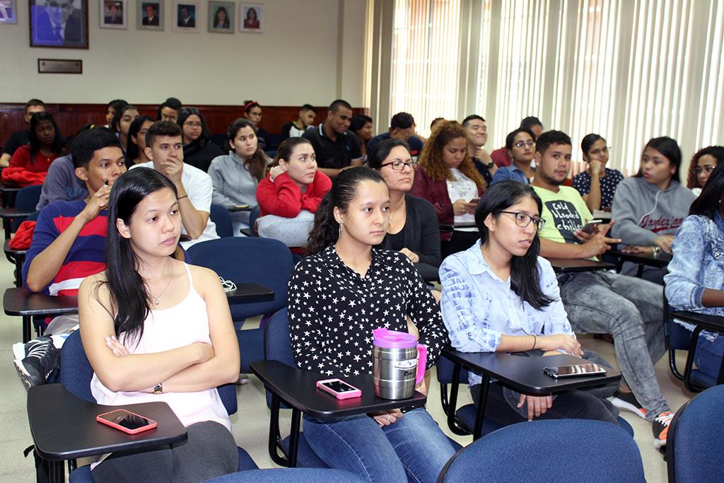 Estudiantes participaron de la charla sobre carrera profesional.