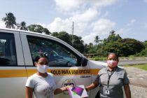 Estudiante de UTP en Panamá Oeste recibe una tablets, de manos del Director del Centro, Ing. Gerardo Sánchez.