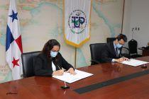 Ing. Vivian Valenzuela y el Sr. Chen Yue, Vicepresidente de Asuntos Públicos de la Empresa HUAWEI Technologies Panamá, S.A.
