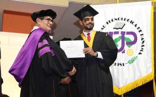 Entrega de diplomas a estudiantes de la UTP.