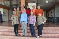 Administrativos y docentes junto al Director del Centro de UTP - Azuero.
