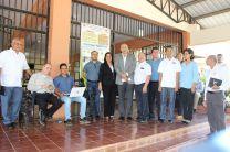 Autoridades e invitados especiales de instituciones del área durante la presentación en el campo.