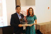 El Ing. Cedeño recibió su Premio de manos de Mirei Endara.
