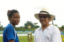 Estudiante de la UTP Colón, recibiendo trofeo de mayor goleador.