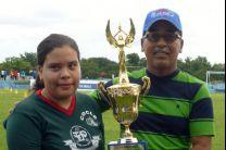 Estudiantes de la UTP Coclé recibiendo el trofeo de tercer lugar.