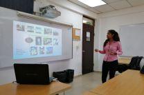 Estudiante Yessibel Magallón exponiendo su trabajo final.