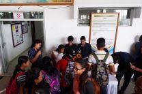Estudiantes Inscribiéndose en el Simposio.