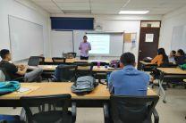 Estudiante Gerald Castillo sustentando su proyecto de investigación realizado en Azucarera.