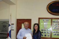 Ing. Urbano Alaín recibe reconocimiento como Docente Asesor.