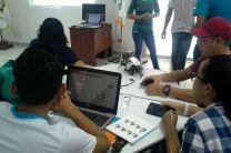 Estudiantes de Lic. en Redes Informática de cuarto año en Taller de Robótica.