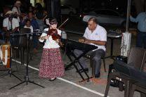 Niña de la Temporada, muestra su habilidades en el violín.
