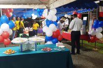 Estudiantes presentando su proyecto de Temporizador de Tanque de Gas de Cocina