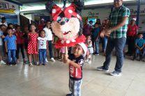 Los pequeños participando de la piñata