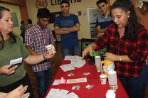 Estudiantes presentan sus proyectos innovadores en la Feria de Emprendimiento.