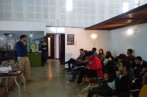 Estudiantes siendo atendido en una de las Empresas.
