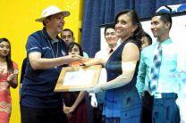 Entrega certificado por parte de la coordinadora del proyector la Ing. María Tejedor a Monseñor Edgardo Cedeño.