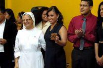 Entrega de recordatorio, por parte de la Iglesia a coordinadora del proyecto Ing. María Tejedor