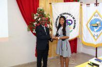 Lic. Diovanne Francis recibe reconocimiento de la Coord. del Simposio, estudiante Marta Quijada.
