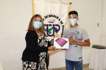 Licda. Julissa Coronado, entregando Tablets a estudiante