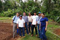 Ing. Francisco Arango, junto con personal del MIDES y miembros de la comunidad Palmar Abajo.