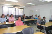 Estudiantes atentos a los doce trabajos que se presentaron.