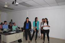 Grupo de estudiantes presentando su artículos científicos.
