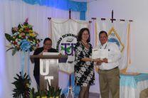 Vicedecana, Mgtr. Analida Sanjur, entregando reconocimiento al Ing. Miguel López junto con la Mgtr. Aura Jaén.