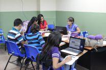 Grupos trabajando para desarrollar su reto.