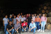 Mgtr. Francisco Arango y Mgtr. Miguel López y estudiantes en uno de los almacenes de conservación tipo solera de la hacienda