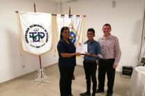 Ing. Yaneth Gutierrez, entregando certificado a estudiante Yahir Rodriguez