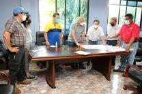 Dr. Alexis Mojica presenta Planos de Construcción a autoridades del Centro Regional de la UTP en Chiriquí.
