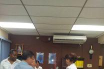 Lic. Thirza Martínez, Asistente de Biblioteca recibió los libros donados.
