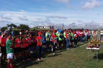 Equipos participantes alineados frente a los trofeos.