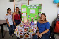 Estudiantes con su stands de Lamparas orgánicas.