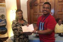 Ing. Yaneth Gutiérrez, entrega certificado a Domingo Valdés, estudiante de la UTP Coclé.