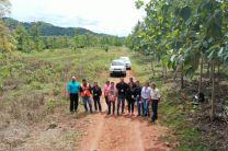 Participantes y expertos en práctica de campo operando drones en Santa Ana, Distrito de La Pintada.