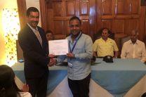 Dr. Alexis Tejedor De León, entrega certificado a participante del Municipio de Penonomé.