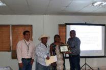 Entrega de certificado de agradecimiento a la UTP por parte de Alcaldesa.