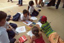 Niños pintando y dibujando.