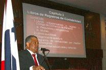 El Prof. Paz, durante la presentación del libro Contabilidad.