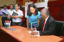 El Prof. Néstor Oscar Paz Díaz, firma autógrafos.
