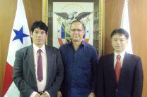 Dr. Reinhardt Pinzón, S. E. Ritter Diaz y Dr. Tosiyuki Nakaegawa.