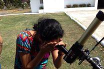 Estudiante observando las manchas solares.