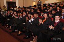 Estudiantes graduandos esperan ser llamados para recibir sus diplomas.