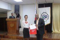 Entrega de certificado al expositor invitado, el Licenciado Gabriel Banque.